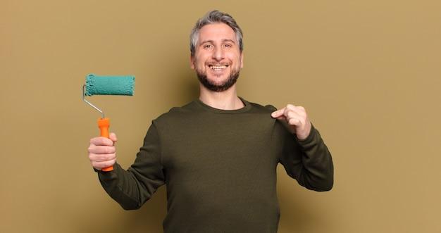 Homem de meia-idade com conceito de decoração de pintura a rolo