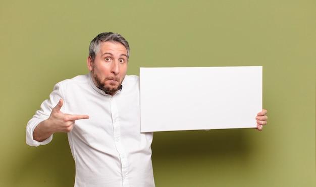 Homem de meia idade com um banner em branco