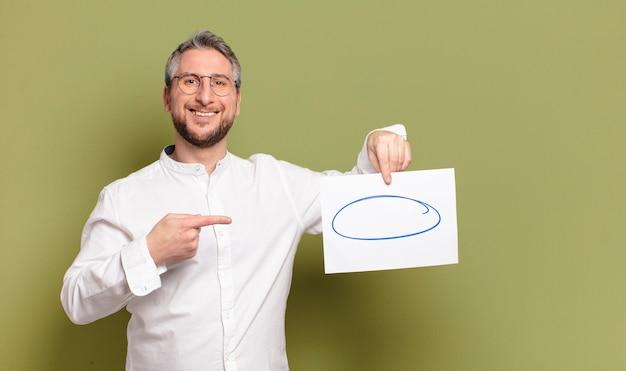 Homem de meia idade com um pedaço de papel em branco