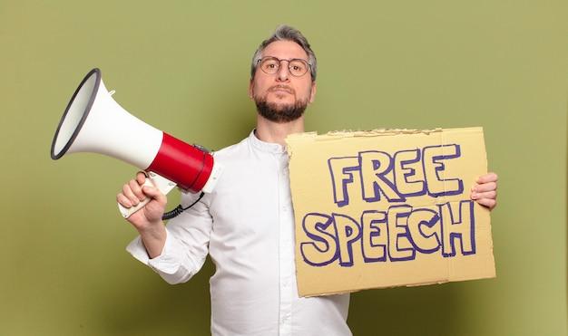 Homem de meia-idade. conceito de liberdade de expressão