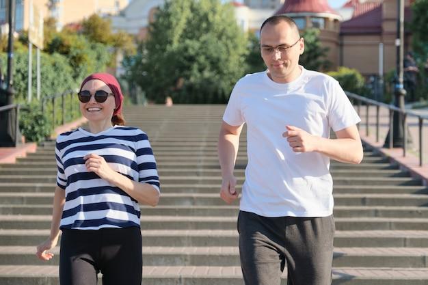 Homem de meia idade e mulher correndo lá em cima.