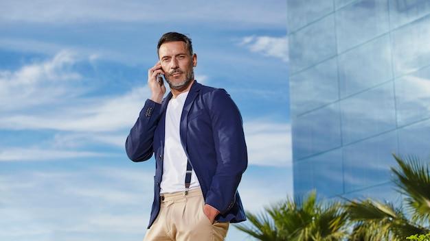 Homem de meia idade, falando ao telefone