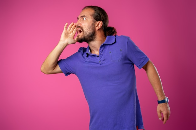 Homem de meia-idade muito zangado gritando