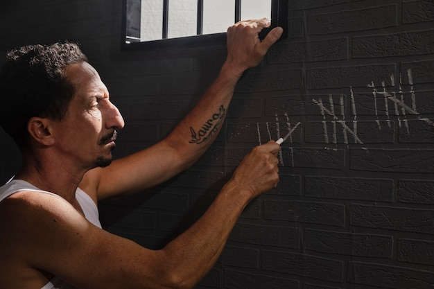 Homem de meia idade passando um tempo na prisão