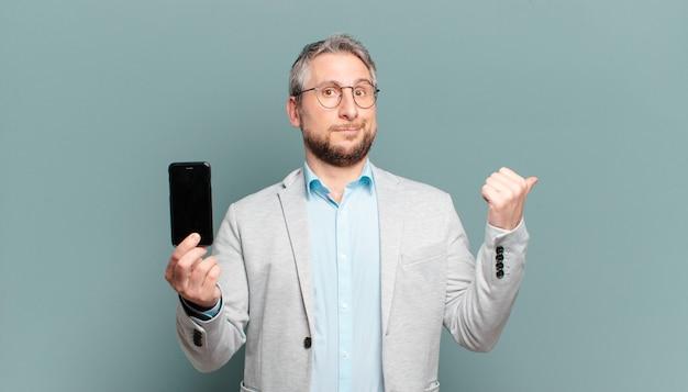 Homem de meia-idade segurando smartphone