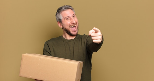Homem de meia idade segurando um pacote