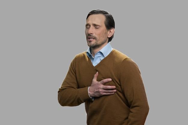 Homem de meia idade tendo um ataque cardíaco súbito. homem que sofre de dores no peito. como sobreviver a um ataque cardíaco quando sozinho.