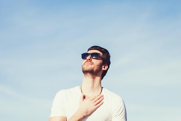 Homem de modelo barbudo em óculos de sol