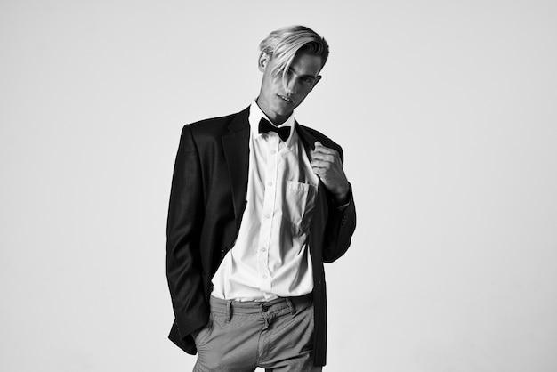 Homem de modelo de close-up de estúdio de autoconfiança de terno. foto de alta qualidade