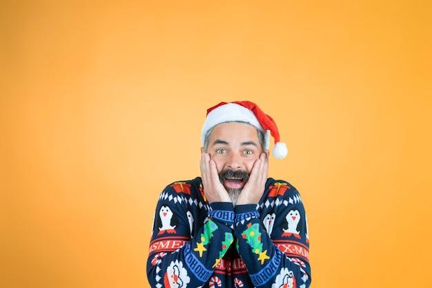 Homem de natal surpreso com chapéu de papai noel