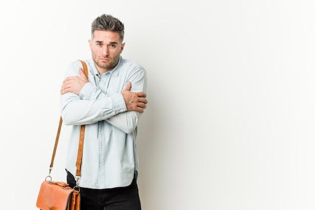 Homem de negócio considerável novo que vai frio devido à baixa temperatura ou a uma doença.