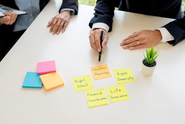 Homem de negócio e equipe que analisam o balanço financeiro para o caso financeiro de planeamento do cliente no escritório.