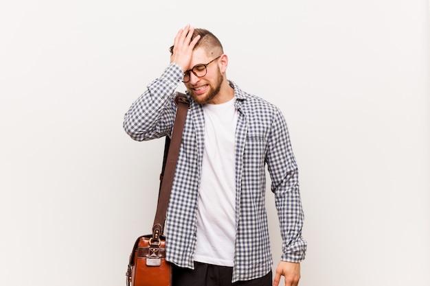 Homem de negócio moderno novo que esquece algo, golpeando a testa com palma e fechando os olhos.