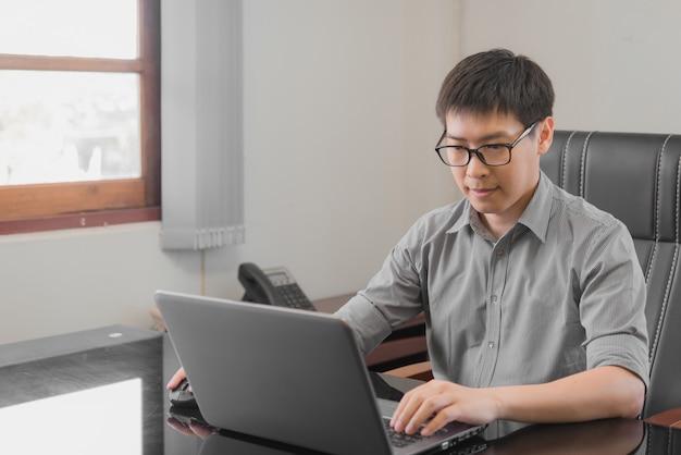 Homem de negócio que trabalha com o labtop no escritório. conceito de trabalho de negócios.
