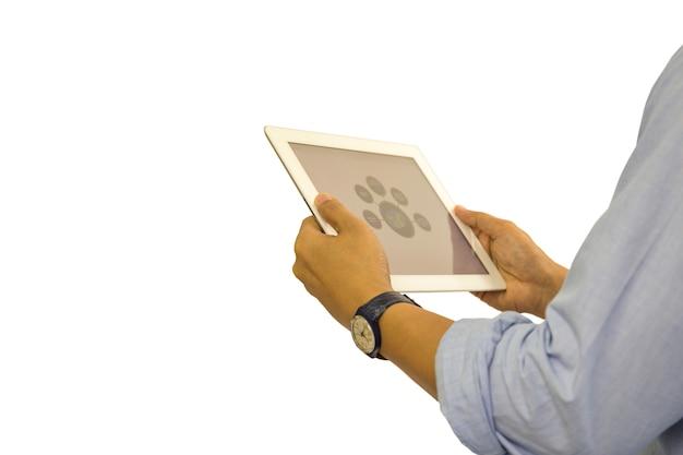 Homem de negócio que trabalha na tabuleta isolada com trajeto de grampeamento.
