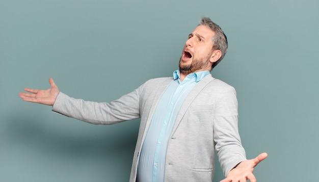 Homem de negócios adulto realizando ópera ou cantando em um concerto ou show, sentindo-se romântico, artístico e apaixonado