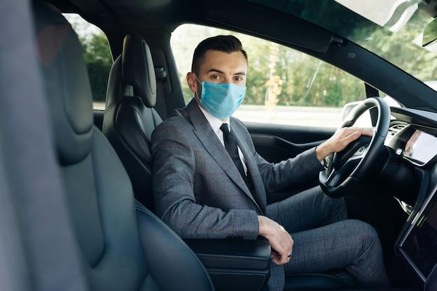 Homem de negócios adulto usando máscara médica