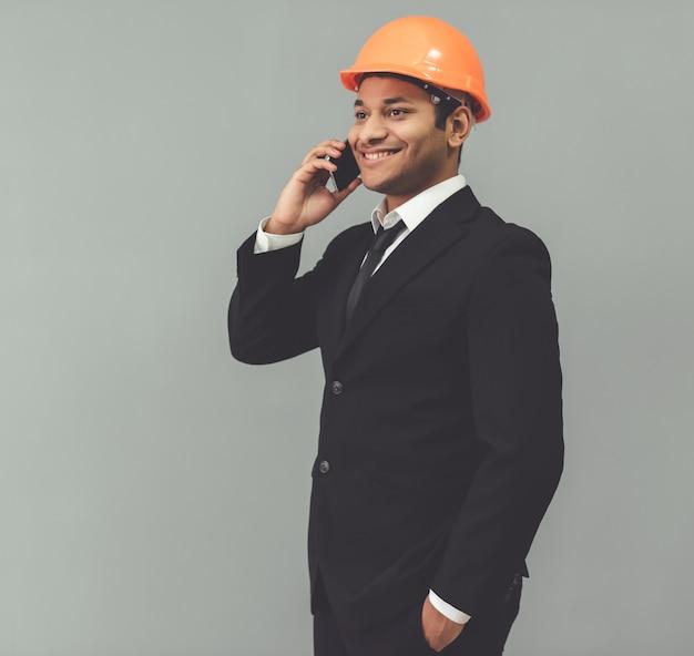 Homem de negócios afro-americano atrativo no terno clássico.