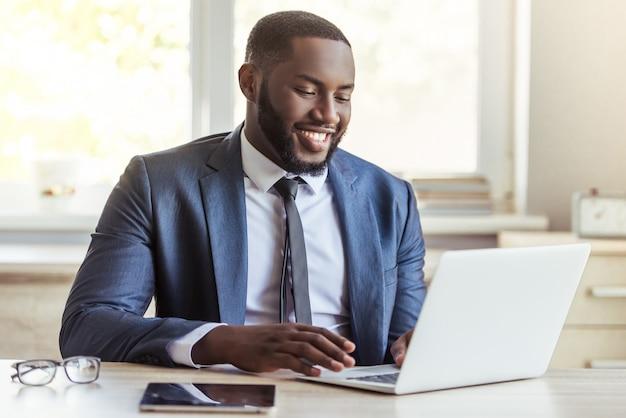 Homem de negócios afro-americano no terno clássico.