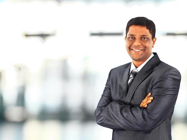 Homem de negócios afro-americano tranquilo no escritório