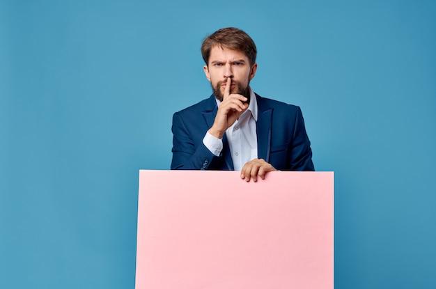 Homem de negócios alegre no anúncio executivo de cartaz de maquete de terno rosa.