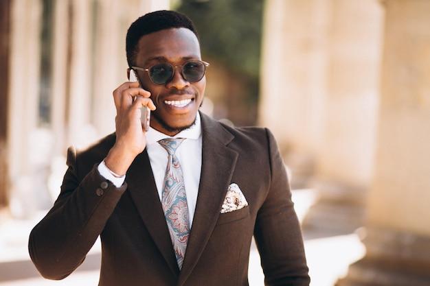 Homem de negócios americano africano falando no telefone