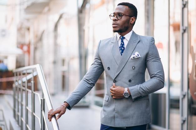 Homem de negócios americano africano na rua