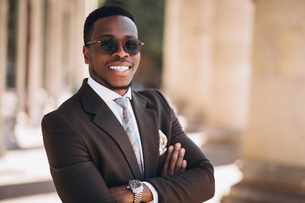 Homem de negócios americano africano no terno