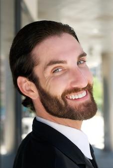 Homem de negócios amigável sorrindo ao ar livre