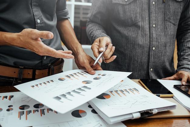 Homem de negócios, analisando o gráfico financeiro e gráficos de despesas de relatório de negócios e lucro.