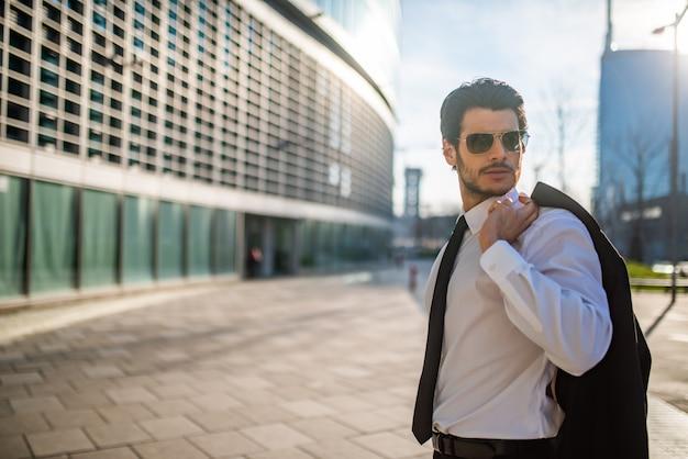 Homem de negócios andando em uma cidade