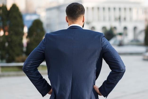 Homem de negócios ao ar livre