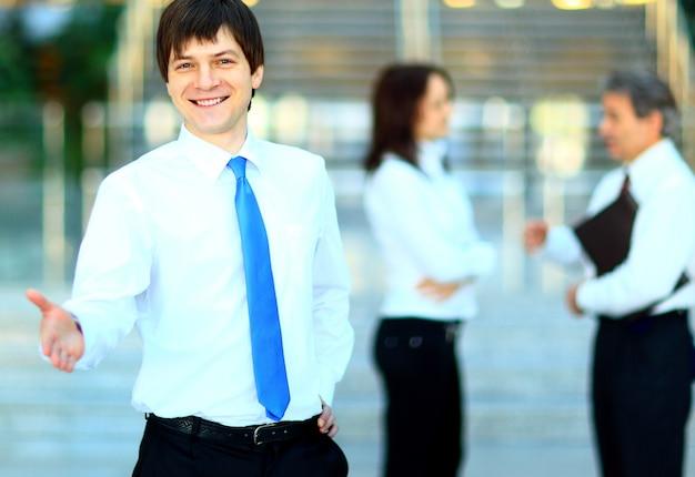 Homem de negócios aperta a mão no escritório