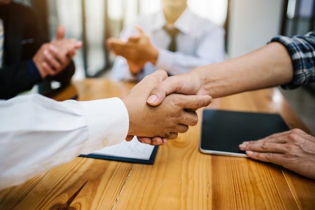 Homem de negócios, apertando as mãos para trabalhar, reunião corporativa.