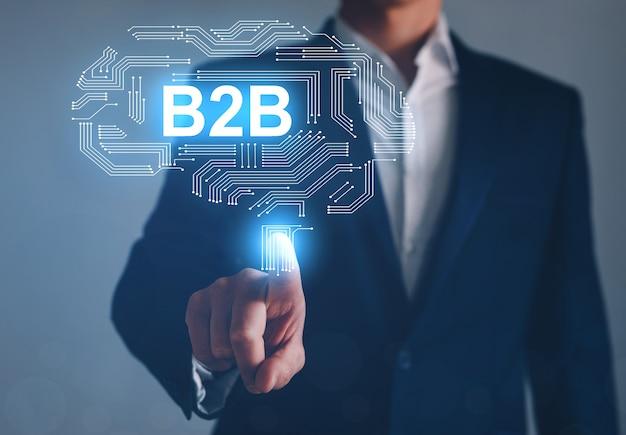 Homem de negócios apontando a tela digital de b2b. tecnologia de comércio.