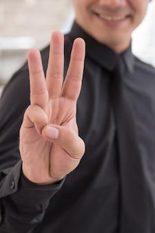 Homem de negócios apontando para um gesto com a mão do dedo