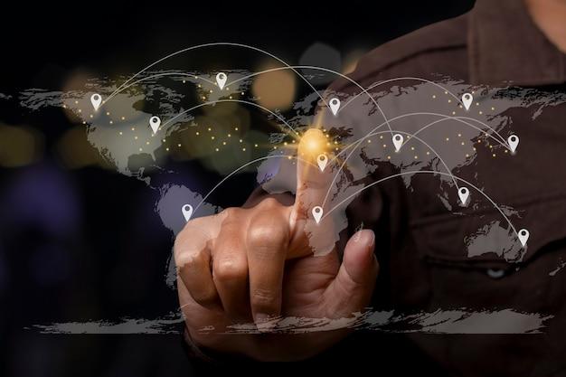 Homem de negócios apontando para um ponto nas linhas de conexão do mapa mundial