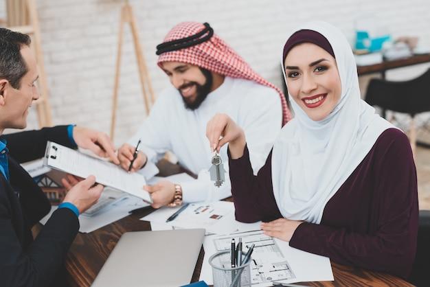 Homem de negócios árabe rico feliz signs house contract.