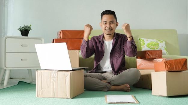 Homem de negócios asiático apaixonado em casa