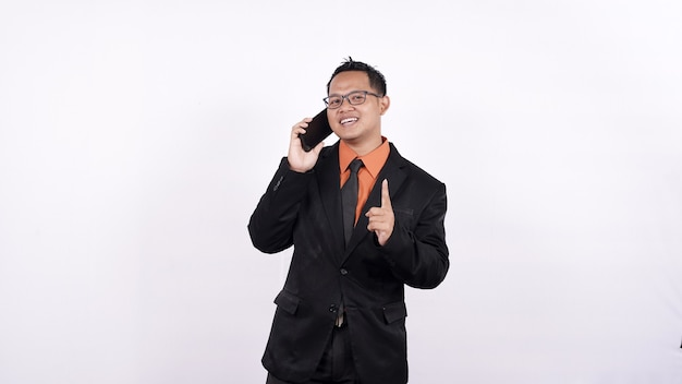Homem de negócios asiático chamando fundo branco isolado