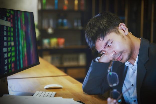 Homem de negócios asiático com dor nas costas um escritório