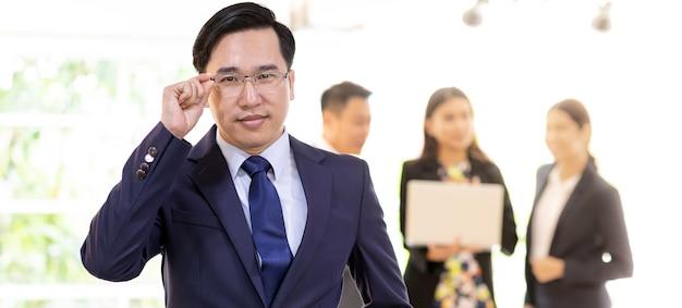 Homem de negócios asiático com equipe de negócios