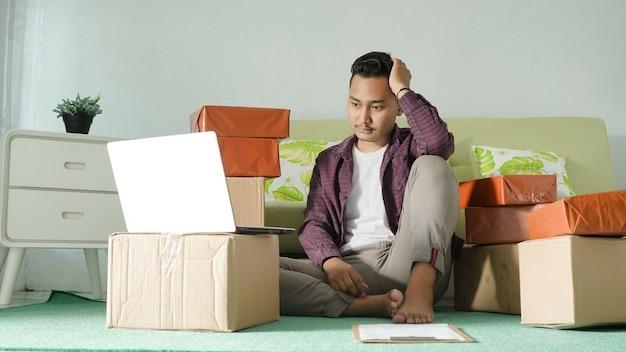 Homem de negócios asiático com tonturas em casa
