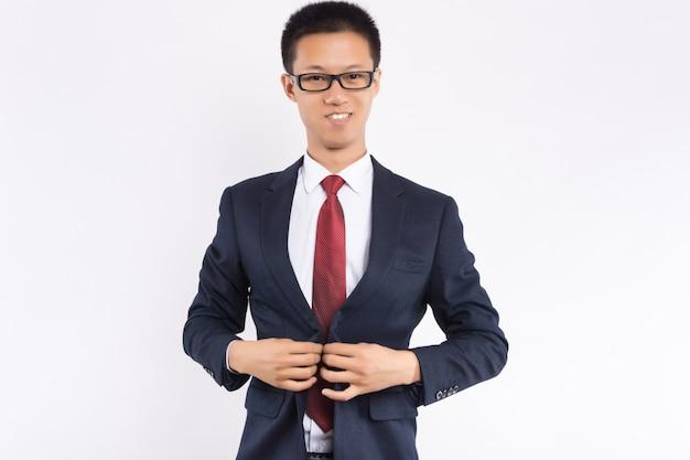Homem de negócios asiático está vestindo um terno