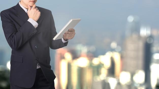Homem de negócios asiático lendo arquivo de documento com fundo de cidade