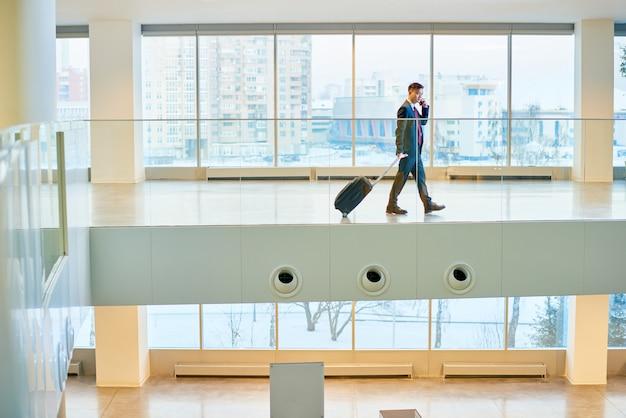 Homem de negócios asiático no aeroporto moderno