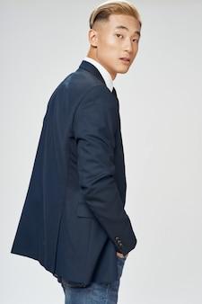 Homem de negócios asiático posando de terno