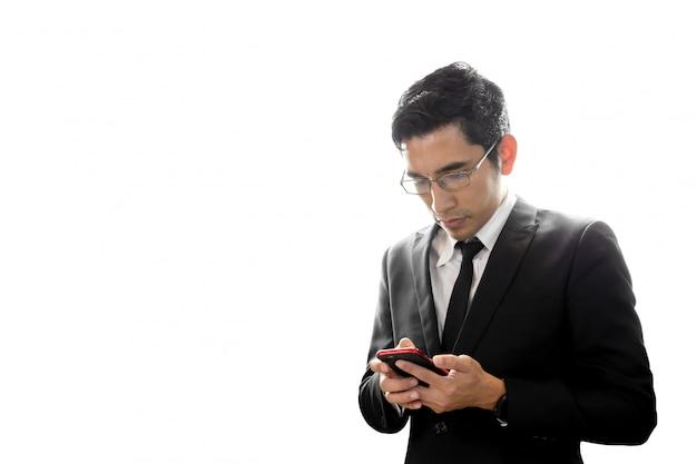 Homem de negócios asiático que usa texting do telefone móvel isolado no fundo branco.