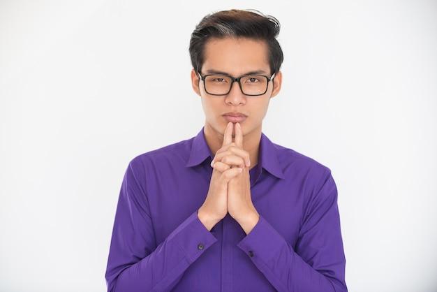 Homem de negócios asiático sério decidindo