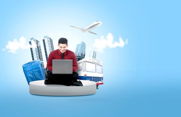 Homem de negócios asiático usando o laptop para fazer a agenda de viagens para férias